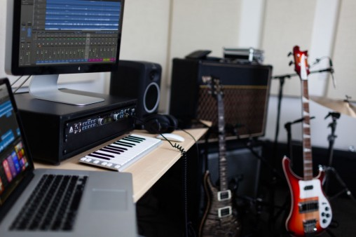 Ensemble-Thunderbolt-Home-Studio-Logic-Desk-Guitars-2-1000
