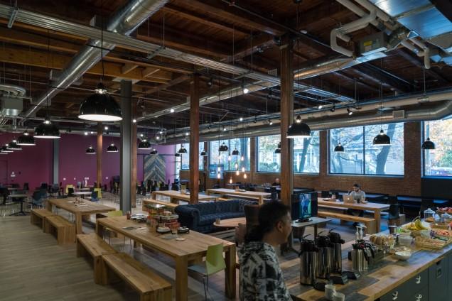 社員が集まる食堂にはDJスペースも設けられている。