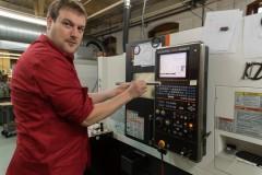 NAMM2014 Daniel氏が持つのはボディの原材料となる18インチのステンレス素材、ボディのアコースティックに配慮して素材加工も自社で行っている。